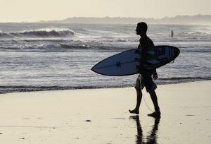 homme cheveux surfer