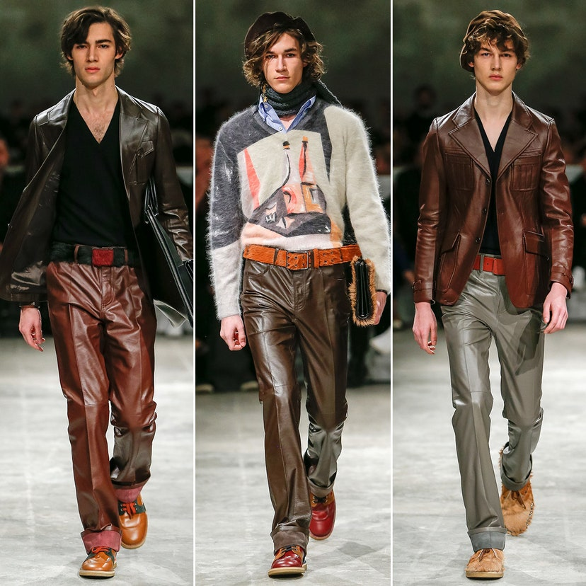 Il porte un pantalon en cuir dans le style des années 50 et 60