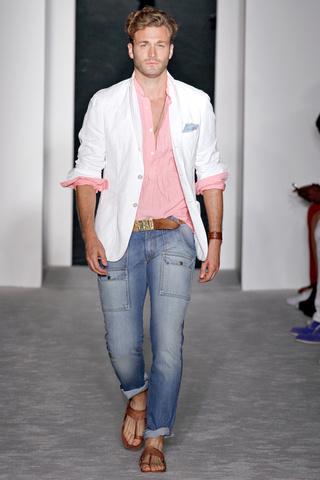 Il porte une chemise rose et un jean