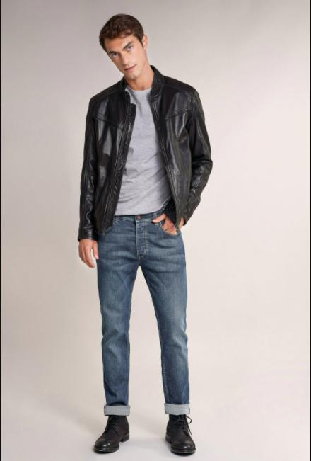 Portez un jean fuselé avec une veste en cuir